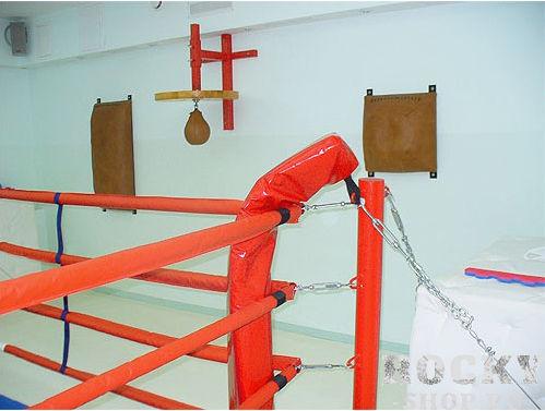 Боксерский ринг на растяжках, 5*5 метров Завод спортивного оборудованияОборудование для залов и клубов<br>Этот вид ринга схож по принципу монтажа с рингом на упорах, но в данном случае площадь монтажа составит около 1,5 метров с каждой стороны и противовесом для канатов выступят цепи, которые препятствуют «складыванию» ринга внутрь, когда на них воздействуют боксеры в процессе боя. Комплектация - настил ПВВ или ППЭ, покрывало (им. антискользящее ПВХ), подушки угловые, канаты в чехлах, перемычки, растяжки канатов, защита растяжек канатов, стойки, растяжки стоек, крепеж монтажный. 5х5м, боевая зона 4х4м, монтажная площадка 8х8м<br>Возможность переноса и повторной сборки в другом месте; <br><br>Не повреждает пол в зале; <br><br>Многофункциональность – позволяет проводить занятия боксом как профессионалам, так и новичкам и женским группам;<br><br>Доставка и сборка бесплатно (в пределах Москвы/МО);<br><br>Гарантия 1 год.<br>