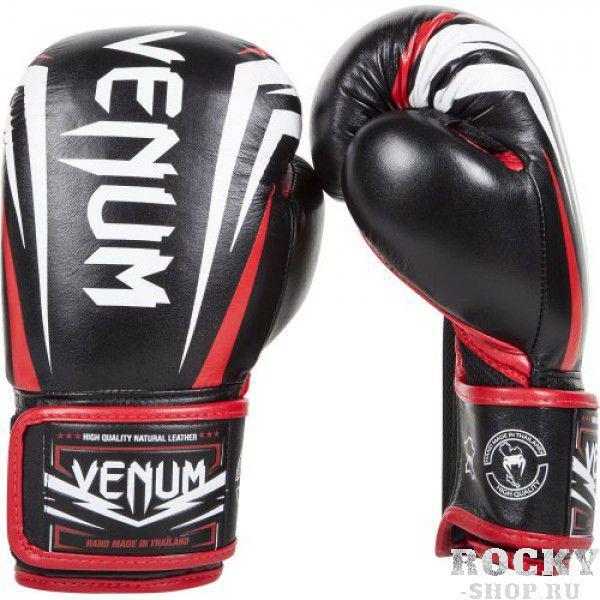 Перчатки боксерские Venum Sharp Nappa Leather Black, 10 унций VenumБоксерские перчатки<br>Боксерские перчатки Venum Sharp Nappa Leather Black сделаны вручную в Тайланде из натуральной кожи наппа. Непревзойденные комфорт и прочность обеспечены.Внутри – трехслойная пена, что дает максимальную защиту.Благодаря сетчатым панелям в перчатках Venum Sharp превосходно выводится влага. Вентиляция улучшена, что снизит ощущение неприятного запаха.Особенности:Натуральная кожа высочайшего качества наппаДышащие сетчатые вставкиТройная внутренняя пенаЭргономичная конструкция для безопасной посадки рукиБольшой палец полностью прилегает, что снижает риск травматизмаУсиленные швыШирокая липучка-застежкаРельефные логотипы VenumИзображение Ханумана на внутренней части манжетыРучная работа, Тайланд<br>