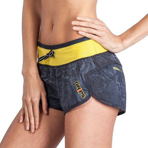 Женские шорты Grips Magma Grips AthleticsСпортивные штаны и шорты<br>Женские тренировочные шорты Grips Magma.Женские тренировочные шорты Grips созданы различных видов спорта: функциональный тренинг (Кросс фит), фитнеса, работы с железом или просто бега.Материал у шорт достаточно тянущийся, легкий, но очень прочный. Эти факторы и особая форма шорт не позволят им сковывать ваши движения даже во время самой интенсивной тренировки.Рисунок полностью сублимирован в ткань, что делает его износостойким. Шорты очень удобно сидят на талии.Уход: машинная стирка в холодной воде, деликатный отжим, не отбеливать.Подробности о доставке шорт grips.Артикул: grpshorts023<br>