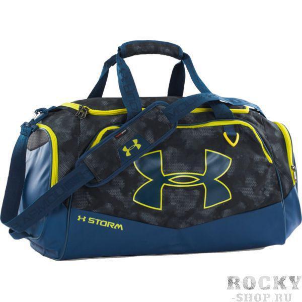 Спортивная сумка Under Armour Storm Under ArmourСпортивные сумки и рюкзаки<br>Спортивная сумка Under Armour Storm.Внешнее покрытие сумки влагоотталкивающее, но при этом хорошо дышит.Большой основной отсек, закрывающийся на молнию.Так же имеются боковые карманы.Регулируемый плечевой ремень.Габариты: 28см x 51см x 25см.Состав: 100% нейлон.<br>