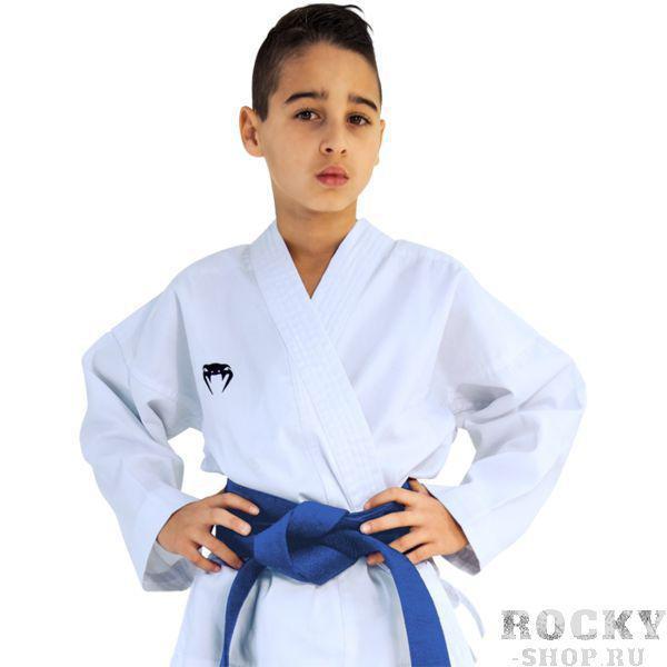 Детское кимоно для каратэ Venum Contender, Белое VenumЭкипировка для Каратэ<br>Детское кимоно (каратэги) для каратэ Venum Contender. Отличный выбор для юного спортсмена. Удобное, легкое, но при этом достаточно прочное кимоно. Позволяет тренироваться даже в максимальном ускорении, не создаёт дискомфорта. Изготовлено из смесовой ткани плотностью 7 унций. Каратэги хорошо впитывает пот и дышит. Минимальное количество вышивки и патчей. Штаны удерживаются за счёт эластичного пояса со шнурком. Специально усиленные места в областях с высокой нагрузкой. Кимоно не мнется, не вытягивается. Оно сохраняет достойный вид и после многочисленных стирок. Некоторые тренера рекомендуют брать кимоно на 5см больше вашего размера. Выполнено в классическом белом цвете, который символизирует скромность и смирение. Состав: 51% хлопок, 49% полиэстер. Пояс (оби) в комплект НЕ входит.<br><br>Размер: 140см