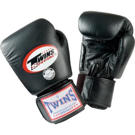 Детские боксерские перчатки Twins Special, Black, 4 OZ Twins SpecialБоксерские перчатки<br>Детские классические перчатки Twins Special. Отличный тренировочный вариант для самых маленьких бойцов. Ремень-липучка обеспечивает хороший обхват руки. Очень удобная посадка кулака. Внешняя часть перчаток- 100% кожа!Производство: «TWINS SPECIAL» - Таиланд.<br><br>Размер: черные