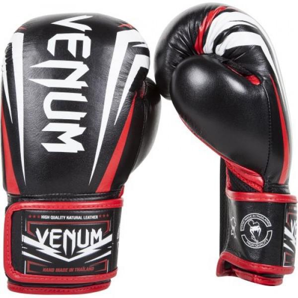 Перчатки боксерские Venum Sharp Nappa Leather Black, 12 унций VenumБоксерские перчатки<br>Боксерские перчатки Venum Sharp Nappa Leather Black сделаны вручную в Тайланде из натуральной кожи наппа. Непревзойденные комфорт и прочность обеспечены. Внутри – трехслойная пена, что дает максимальную защиту. Благодаря сетчатым панелям в перчатках Venum Sharp превосходно выводится влага. Вентиляция улучшена, что снизит ощущение неприятного запаха. Особенности:Натуральная кожа высочайшего качества наппаДышащие сетчатые вставкиТройная внутренняя пенаЭргономичная конструкция для безопасной посадки рукиБольшой палец полностью прилегает, что снижает риск травматизмаУсиленные швыШирокая липучка-застежкаРельефные логотипы VenumИзображение Ханумана на внутренней части манжетыРучная работа, Тайланд<br>