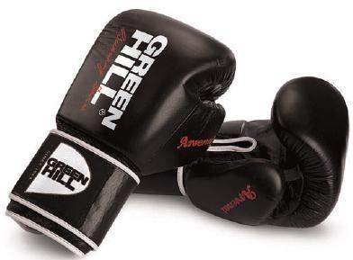 Боксерские перчатки ARSENAL, 12 oz Green HillБоксерские перчатки<br>Новая модель турнирных перчаток Green HIll для тайского бокса и кикбоксинга из натуральной кожи. Предварительно сформированный вкладыш. Большой палец пришит. Манжета на липучке шириной 12 см четко фиксирует запястье, снижая риск получения травмы. &amp;nbsp;<br><br>Цвет: Черный