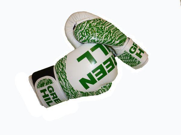 Перчатки боксерские CRAZE, 14 oz Green HillБоксерские перчатки<br>Материал: Натуральная кожаПреимущество перчаток из натуральной кожи - это их удобство и долговечность. Высокотехнологичная вставка из пенополиуретана сделана таким образом, что принимает форму руки спортсмена, обеспечивая максимальный комфорт и позволяет чувствовать удар. Липучка на запястье фиксирует кисть в нужном положении. Обеспечивают высокий уровень защиты кистей рук.<br><br>Цвет: белый/зеленый