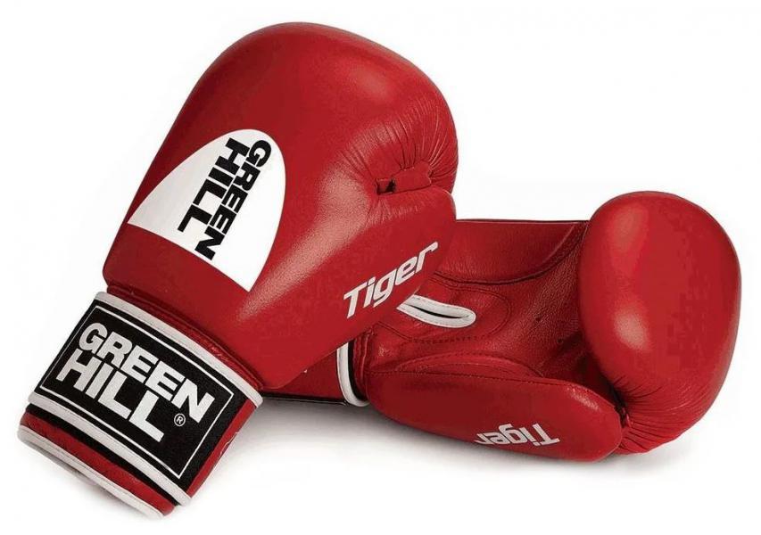 Перчатки боксерские TIGER (c новым логотипом), 12 oz Green HillБоксерские перчатки<br>Боевые боксерские перчатки Tiger. Верх сделан из натуральной кожи, вкладыш- предварительно сформированный пенополиуретан. Манжет на «липучке». В перчатках применяется технология Антинакаут. Перчатки применяются как для соревнований так и для тренировок. Без выделенной белой части.<br><br>Цвет: Красный