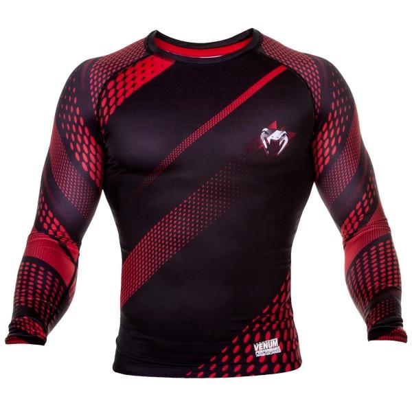 Рашгард Venum Rapid Black/Red L/S VenumРашгарды<br>Рашгард Venum RapidBlack/Red L/S- ощущается как вторая кожа и подходит для самых интенсивных тренировок. Компресия обеспечивает оптимизацию производительности и лучшее время восстановления. Материал состоит из смеси полиэстера и спандекса, идеально садится на любой тип тела. Рисунок полностью сублимирован в ткань и никогда не сотрется. Особенности:-Сделано в Китае- Состав - 87% полиэстер/13% спандекс - эластичная и прочная ткань- Компрессионная технология улучшает кровообращение в мышцах и ускоряет восстановление- Рисунок полностью сублимирован в ткань- Усиленные швы- Силиконовая полоса на талии предотвращает задирание<br><br>Размер INT: XL