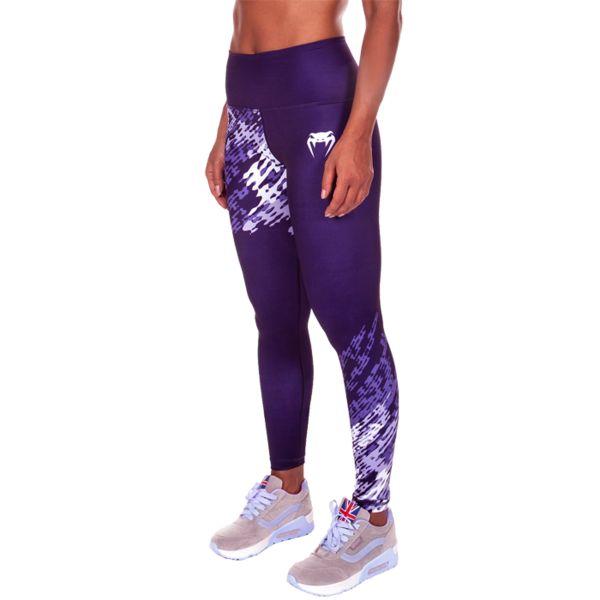 Женские компрессионные штаны Venum Neo Camo Dark Purple VenumКомпрессионные штаны / шорты<br>Женские компрессионные штаны Venum Neo Camo Dark Purple. Данные штаны можно охарактеризовать двумя словами: качество и стиль. С этими компрессионками от Venum вы будете думать только о тренировочном процессе, не отвлекаясь на неприятные ощущения в мышцах ног. Предназначены для улучшения кровообращения в мышцах, что, в свою очередь, способствует уменьшению времени на восстановление полной работоспособности мышцы. За счёт особенностей ткани штаны прекрасно садятся на фигуру, хорошо тянутся, абсолютно НЕ сковывают движения. Приятная на ощупь ткань. Штаны Venum достаточно быстро сохнут. Плоские швы не натирают кожу. Предназначены для занятий кроссфитом, фитнесом, железным спортом и т. д. . Состав: полиэстер и спандекс. Уход: Машинная стирка в холодной воде, деликатный отжим, не отбеливать.<br><br>Размер INT: S