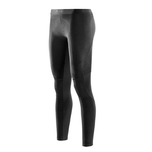 Женские компрессионные штаны Skins ry400, Черные SkinsКомпрессионные штаны / шорты<br>Восстанавливающие тайтсы SKINS B48001001 BIO RY400 WOMENS BLACK LONG TIGHTSРеволюционные исследования компании SKINS показали, что компрессия во время тренировки и во время отдыха должна отличаться. Понимая данный факт, специалисты австралийского бренда разработали специальную коллекцию RY400 для восстановления. Преимущества увеличения насыщения мышц кислородом во время занятия спортом известны, но во время восстановления мышцы также нуждаются в кислороде. Ваши мышцы не перестают работать, даже после того как вы закончили тренировку. Серия RY400 скроена и пошита с использованием революционной технологии 400Fit и трех функциональных тканей, включая такие, как Skins Warp knit для контроля оптимальной компрессии и долговечности и ткань Memory MX, которая позволяет двигаться телу естественным образом. Тайтсы серии RY400 уменьшают время восстановления мышц, их необходимо носить не меньше 3 часов для наилучших результатов. В таких тайтсах уменьшается боль в мышцах и улучшается стабильность суставов. Благодаря разной эластичности ткани в определенных местах достигается дифференцированная компрессия мышц, что способствует притоку насыщенной кислородом крови к мышцам, уменьшается чувствительность тканей и боль в мышцах. В создании этой модели тайтсов также использовалась технология GLIDER, которая предназначена, чтобы минимизировать трение между тканью и кожей. Тайтсы имеют плоские швы, благодаря чему натирание кожи маловероятно. Технологии:•UV protection 50+ /УФ защита 50+. Родина бренда - солнечная Австралия, поэтому вся продукция разработана с усиленной защитой от ультрафиолетового излучения&amp;nbsp;(коэффициент UV 50+), благодаря чему не придется заботиться о рисках воздействия солнечных лучей на кожу и позволит сосредоточиться на тренировке. •Engineered Gradient Compression/Динамический градиент сжатия. Разные уровни сжатия, которые увеличивают приток кислорода к активным мышцам во вр