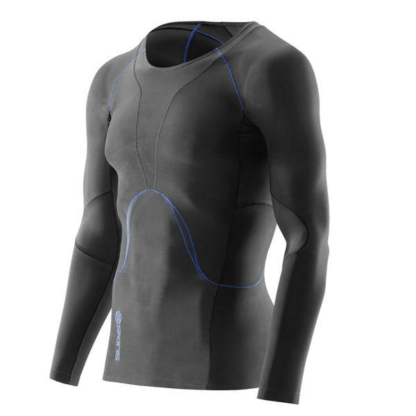 Компрессионная футболка Skins bio ry400, Черная SkinsФутболки<br>Восстанавливающая рубашка SKINS B43205005 SKINS BIO RY400 MENS TOP LONG SLEEVEПосле напряженных тренировок вашему организму необходимо восстановиться. Революционные исследования австралийского бренда SKINS доказали, что уровень компрессии на мышцы в момент активных действий и в момент покоя является различным. Учитывая этот факт, команда SKINS разработала специальную восстановительную серию RY400. Специальный уровень компрессии, основанный на научных исследованиях, улучшает кровообращение, доставляя свежий кислород к уставшим мышцам и помогая им восстановиться. Использование серии RY400 заметно уменьшает содержание молочной кислоты в мышцах после интенсивных занятий спортом и сокращает время мышечного восстановления. Серия RY400 скроена и пошита с использованием революционной технологии 400Fit и 3-х функциональных тканей, включая такие, как Skins Warp knit для контроля оптимальной компрессии и долговечности и ткань Memory MX, которая позволяет двигаться телу естественным образом. 400-я серия более плотно прилегает и лучше учитывает форму тела. При разработке этой серии инженеры Skins использовали данные 400 точек на теле человека. Технология Dynamic Gradient Compression обеспечивает разный уровень компрессии для разных групп мышц. Более крупные мышцы получают больше поддержки, мелкие - меньше, кровообращение при этом значительно улучшается. Ношение после тренировки помогает уменьшить время естественного процесса восстановления организма. Используйте восстанавливающую рубашку RY400 сразу же после тренировок, на протяжении 3-х часов как минимум, и вы забудете про ледяные ванны и дорогостоящий массаж. RY400 можно использовать даже во время сна, чтобы ускорить естественный процесс восстановления организма. Технологии:•UV protection 50+. УФ защита 50+. Родина бренда - солнечная Австралия, поэтому вся продукция разработана с усиленной защитой от ультрафиолетового излучения&amp;nbsp;(коэффициент UV 50+), благ