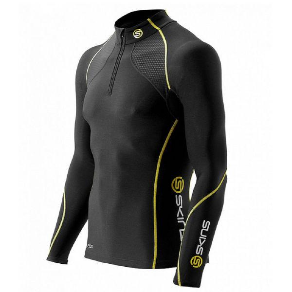 Компрессионная футболка Skins a200 mens thermal l/s w zip SkinsФутболки<br>Компрессионная терморубашка SKINS B60052025 A200 MENS THERMAL L/S MCKNECK W ZIPКомбинируя научно доказанную компрессионную технологию SKINS c&amp;nbsp;термо-свойствами ткани, эта беговая рубашка обеспечит вам продолжительные продуктивные тренировки даже в&amp;nbsp;прохладную погоду. Улучшенное кровообращение означает, что лактат в&amp;nbsp;крови перерабатывается более эффективно. Специально разработанная градиентная компрессия SKINS поддерживает мышцы наилучшим образом, уменьшает их&amp;nbsp;вибрацию и&amp;nbsp;снижает риск получения травмы. Вся одежда серии A200 Thermal SKINS изготовлена из&amp;nbsp;современной технологичной ткани, сохраняющей тепло в&amp;nbsp;холодных условиях, но&amp;nbsp;при этом не&amp;nbsp;позволяющей телу перегреваться. Оптимальное соотношение волокон нейлона и&amp;nbsp;эластана обеспечивают отличное сопротивление к&amp;nbsp;истиранию и&amp;nbsp;пиллингу, трикотажная структура полотна обладает необходимой воздухопроницаемостью и&amp;nbsp;приятной для кожи фактурой. Флисовая внутренняя сторона сохраняет тепло при низких температурах. Использование волокон эластана обеспечивает отличные свойства к&amp;nbsp;растяжению и&amp;nbsp;сжатию для оптимальной компрессии без ущерба движений. Технологичная термоткань поддерживает оптимальную температуру для работы мышц не&amp;nbsp;зависимо от&amp;nbsp;погодных условий. Анатомический крой и&amp;nbsp;эластичные свойства материала обеспечивают отличную посадку на&amp;nbsp;фигуре и&amp;nbsp;не&amp;nbsp;ограничивают движения. Высота воротника 5&amp;nbsp;см, воротник идеально прилегает к&amp;nbsp;шее, молния обеспечивает удобство пользования. Рукав реглан хорошо облегает плечи и&amp;nbsp;руки, вставки из&amp;nbsp;сетки в&amp;nbsp;области подмышек обеспечивают дополнительную вентиляцию при высоких нагрузках. Силиконовая тесьма с&amp;nbsp;внутренней стороны удерживает нижний край и&amp;nbsp;не&amp;nbsp;позволяет футболке &amp;laquo;поднима
