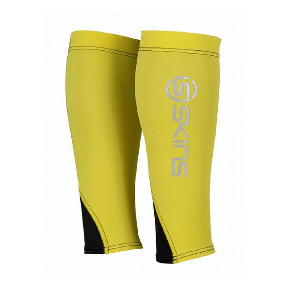 Компрессионные гетры Skins bioacc essentials calftights (желтый/черный) SkinsКомпрессионные штаны / шорты<br>Компрессионные гетры SKINS B59153088 BIOACC ESSENTIALS CALFTIGHTS MXВся линия одежды Skins обеспечивает оптимальный уровень компрессии на определённые участки тела, улучшает циркуляцию крови, повышая силу, скорость и выносливость независимо от вида спорта. Гетры серии Bioacc Essentials Calftights изготовлены специально для спортсменов, основываясь на опыте профессиональных атлетов, предназначены для бега и фитнеса и выполнены из устойчивой к деформации ткани, обеспечивающей высокий уровень компрессии и поддержки, но все же позволяющей мышцам функционировать естественно. Вставка из более мягкого эластичного материала находится с задней стороны, выше лодыжки, обеспечивает естественное расширение и сокращение ахиллова сухожилия, уменьшая риск травмы и позволяя крови беспрепятственно двигаться через стопу и обратно к сердцу. Шов, расположенный вдоль икроножной мышцы, даёт дополнительную поддержку и боковую стабильность. Гетры идеально держатся на ноге за счет поддержки штрипок и анатомичного кроя левой и правой частей. Технология «Fast wicking» отводит влагу от поверхности кожи, помогая регулировать температуру, в то время как UPF 50 + обеспечивает защиту от солнца. Технологии:•UV protection 50+. УФ защита 50+. Родина бренда - солнечная Австралия, поэтому вся продукция разработана с усиленной защитой от ультрафиолетового излучения&amp;nbsp;(коэффициент UV 50+), благодаря чему не придется заботиться о рисках воздействия солнечных лучей на кожу и позволит сосредоточиться на тренировке. •Engineered Gradient Compression. Динамический градиент сжатия. Разные уровни сжатия, которые увеличивают приток кислорода к активным мышцам во время фазы движения, сокращают образование молочной кислоты и других метаболических отходов и, следовательно, повышают производительность, позволяя сократить время восстановления и отдыха. •Moisture Managment. Управление влагой. Влагоотводяща