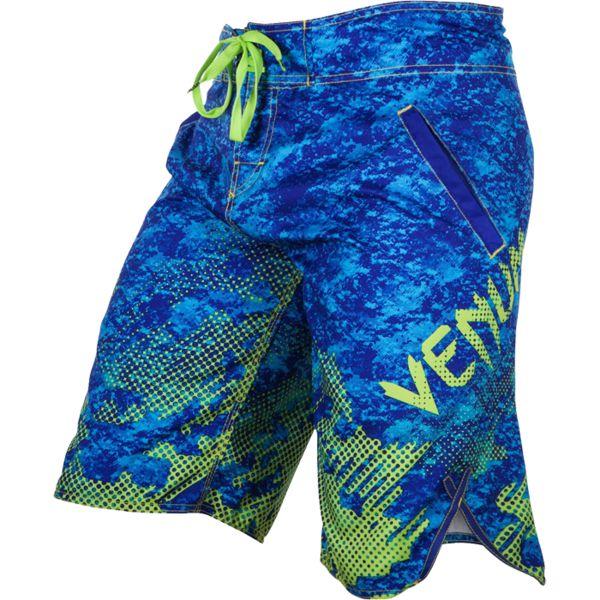 Шорты Venum Tramo VenumСпортивные штаны и шорты<br>Прогулочные шорты Venum Tramo. Легкие, но достаточно прочные шорты, которые подойдут для повседневных прогулок, для бега, купания в солёной и пресной воде. Для дополнительного удобства на шортах venum имеются небольшие боковые разрезы. Сохнут шорты venum достаточно быстро. Ткань шорт Venum не пропускает ультрафиолетовое излучение, что делает их лучшим выбором при летних прогулках. Крепятся шорты на поясе с помощью шнурка. По бокам шорт присутствуют карманы. Крепятся шорты на поясе с помощью встроенного в пояс шнурка. Рисунок полностью сублимирован в ткань. он не потрескается и не сотрется! Уход: машинная стирка в холодной воде, деликатный отжим, не отбеливать. Состав: 100% полиэстер.<br><br>Размер INT: L