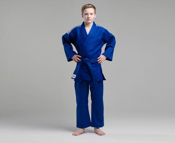 Кимоно для дзюдо Training синее, 160 см AdidasЭкипировка для Дзюдо<br>Тренировочное кимоно для дзюдо adidas Training J500. Универсальное кимоно средней плотности весом 500 gs/m2. Сделано из смеси полиэстера и хлопка. Хлопковые волокна, укрепленные полиэфирными нитями, обладают повышенной прочностью и лучше выводят влагу. Таким образом, кимоно дольше служит. Training подходит как для начинающих спортсменов, так и для мастеров. Состав ткани: 60% хлопок, 40% полиэстер. Детали: брюки на резинке+кулиска.   *Кимоно идет без пояса. Пояс продается отдельно.   Тренировочное кимоно.   Плотная, гибкая и прочная ткань.  Специально усиленные места в областях с высокой нагрузкой  Плотность: 500g/m2  Материал: 60% хлопок, 40% полиэстр<br><br>Цвет: синее