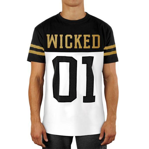 Футболка Wicked One Quarterback Wicked OneФутболки<br>Футболка Wicked One Quarterback. Шрифт на футболке Wicked One Quarterback (защитник) является классическим при нанесении надписей на майках игроков в американский футбол. - Укороченный рукав. - Хлопок 200 грамм. - Очень качественный принт. Уход: машинная стирка, не отбеливать, деликатный отжим.<br><br>Размер INT: L