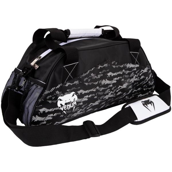 Сумка Venum Camoline - Black/White VenumСпортивные сумки и рюкзаки<br>Стильная, компактная и практичная сумкаVenum Camoline - Black/White позволит с комфортом переносить вещи на тренировку. Оснащена различными отделениями для хранения вещей. В комплект входит плечевой ремень. Особенности:- 100% полиэстер- молния- небольшие внутренние карманы + 2 сетчатых- ручки и плечевой ремень- размеры 48 х 20 х 21 см- сделано в Китае<br>