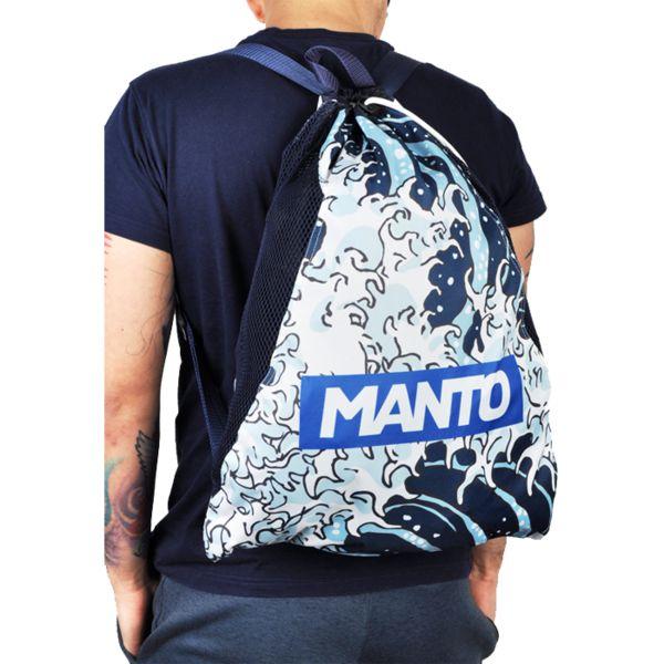Спортивный мешок Manto Waves MantoСпортивные сумки и рюкзаки<br>Спортивный мешок Manto Waves. Лёгкий спортивный мешок для переноски экипировки. Прекрасно послужит как для походов в спортзал, так и для поездок на отдых и в путешествиях. Отлично подойдет для переноски ги, обуви, одежды, перчаток. Размеры рюкзака: 55 х 45 см Материал: 100% полиэстер.<br>