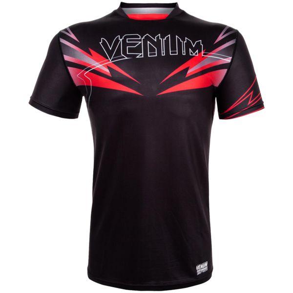 Тренировочная футболка Venum SHARP SHARP 3.0 VenumФутболки<br>Тренировочная футболка Venum SHARP 3. 0. Новая футболка Sharp от VENUM специально создана для того, чтобы сражаться не только против спарринг-партнера, но и против природных явлений. Стретчевый материал не сковывает движения и обеспечивает комфорт во время тренировок любого уровня интенсивности. Неважно, какая погода на улице – она не помешает Вам сфокусироваться на тренировке. Легкая ткань из полиэстера и эластана, а также сетчатые панели позволяют Вам сохнуть быстрее. Специальная бесшовная конструкция обеспечивает комфорт для Вашей кожи. Система Dry Tech впитывает пот, благодаря чему Ваше тело остается свежим во время тренировок Рисунки сублимированы в ткань. Состав: 100% полиэстер.<br><br>Размер INT: S