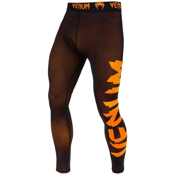 Компрессионные штаны Venum Giant Black/Orange VenumКомпрессионные штаны / шорты<br>Испытайте компрессионные штаны Venum Giant - Black/Orange, и Вы получите достойную компрессию и поддержку мышц . Обеспечат максимальную производительность, сохраняя тепло тела до, во время и после тренировки. Компрессионная технология в совокупности с анатомическим дизайном, позволяет этим штанам обтекать ваше тело, поддерживая Ваши группы мыщц, что делает их идеальным базовым слоем. Сделаны из ультра-легкой ткани Dry Tech, которая с легкостью выводит влагу, даже во время очень жарких тренировок. Особенности:- компрессионная технология Venum: создает зону оптимального давления на мышцы, что заставит дольше тренироваться и позволит быстрее восстанавливаться- ткань тянется в 4х направлениях: гарантирует полный диапазон движений- технология Dry Tech: выводит влагу, оставляя Вас сухим- эргономичные швы и комфортный пояс на талии- супер-мягкий и прочный материал для непревзойденного комфорта<br><br>Размер INT: S