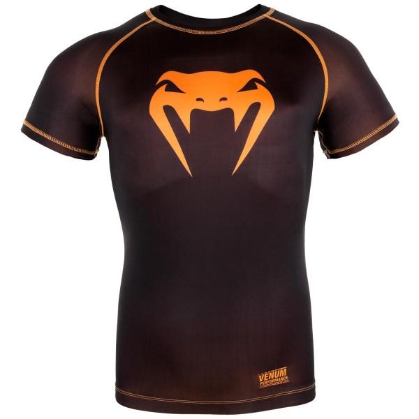 Компрессионная футболка Venum Contender 3.0 Black/Orange S/S VenumРашгарды<br>Компрессионная футболка Venum Contender 3. 0 Black/Orange S/S идеально садится на тело за счет материала из смеси полиэстера и спандекса. Защищает от мелких травм, раздражений, микробов. Оригинальный дизайн продукта обеспечивает вам непревзойденный стиль. Особенности:- Сделано в Китае- Состав - 87% полиэстер/13% спандекс - эластичная и прочная ткань- Компрессионная технология улучшает кровообращение в мышцах и ускоряет восстановление- Рисунок полностью сублимирован в ткань- Усиленные швы- Силиконовая полоса на талии предотвращает задирание<br><br>Размер INT: S