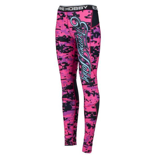 Штаны компрессионные женские digital camo (розовый) Extreme HobbyКомпрессионные штаны / шорты<br>Леггинсы изготовлены из высококачественного материала. Водоотталкивающая ткань оставляет тело сухим, а мышцы разогретыми. Логотипы нанесены по технологии сублимации, благодаря чему рисунок не трескается и не царапает тело. Специальная резинка на талии предотвращает соскальзывание во время боя. <br>КОЛЛЕКЦИЯ: SPORT<br>ЦВЕТ: РОЗОВЫЙ<br>МАТЕРИАЛ: 82% ПОЛИЭСТЕР 18% ЭЛАСТАН<br><br>Размер INT: XL
