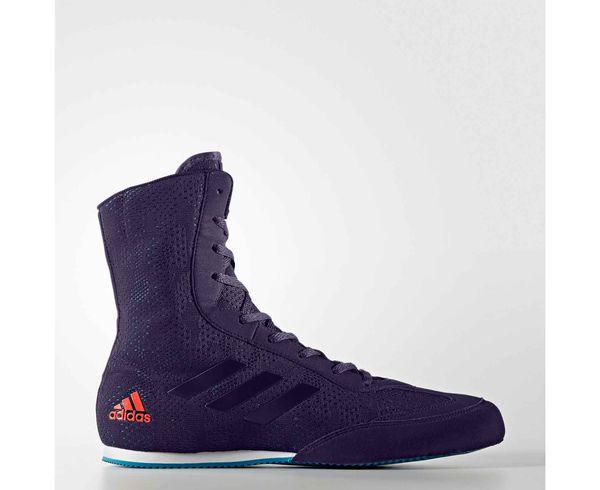 Боксерки Box Hog Plus сине-оранжевые AdidasБоксерки<br>Новая модель Боксерок Box Hog получила новый дизайн и усовершенствованные технологии. Принципиальная разница модели в верхнем материале, который лучше тянется т. е. обеспечивает улучшенную посадку внутри, а так же фиксирует голень. Боксерки adidas Box Hog Plus&amp;nbsp;это невероятно легкая боксерская обувь для бойцов всех уровней квалификации. Верх выполнен из легкого, сетчатого нейлона и имеет жесткий носок из прочного синтетического материала, который защищает пальцы ног и увеличивает срок службы боксерок. &amp;nbsp;Симметричная шнуровка создает более плотную и комфортную посадку боксерок на ноге и дополнительную устойчивость. V-образные вырезы, разделяющие зону шнуровки, увеличивают гибкость боксерок и позволяют легче сгибать ноги. Легкая внутренняя стелька Die-cut EVA обеспечивает великолепную амортизацию и создает равномерное распределение нагрузок по поверхности подошвы ступни. Жесткий задник надежно фиксирует пятку и голеностопный сустав, препятствуя вывиху стопы при динамичном движении. Каучуковая подошва имеет нескользящий рисунок протектора и обеспечивает надежное сцепление с поверхностью ринга, позволяя боксеру уверенно передвигаться с молниеносной скоростью. &amp;nbsp; Технология Сlimacool®&amp;nbsp;Прочный верх из плотной дышащей сетки поддерживает комфортный микроклимат и отводит излишки тепла и влагиТекстильные три полоски для поддержки средней части стопы и лучшей устойчивостиНадежная система шнуровкиВысокое голенище для устойчивости стопыАмортизирующая вставка в пяточной зоне для снижения ударных нагрузокИзносостойкая подошва ADIWEAR™ для отличного сцепления с гладкой поверхностью рингаСостав: 100% полиэстр<br><br>Размер INT: 43 [UK 10]