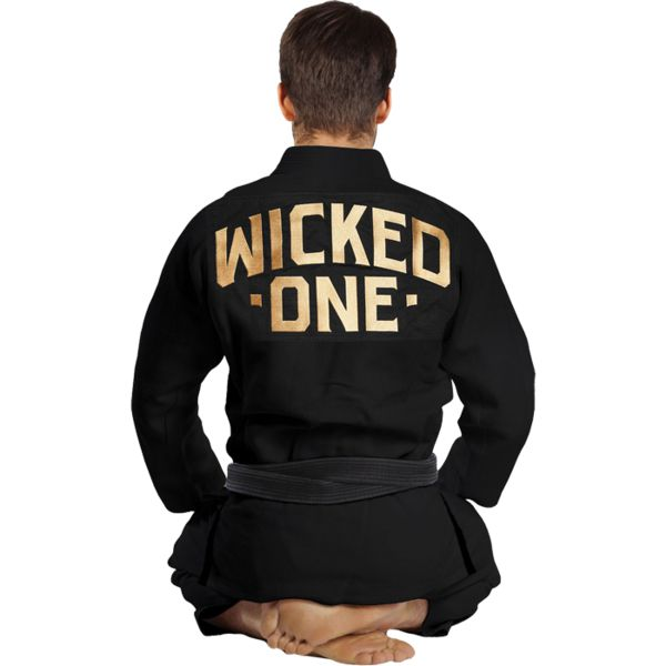 Кимоно для БЖЖ Wicked One Perform Wicked OneЭкипировка для Джиу-джитсу<br>Кимоно для БЖЖ (бразильское бразильское джиу джитсу) Wicked One Perform. - Куртка(ги) 100% хлопок, очень прочное двойное переплетение, сшита из цельного куска ткани (без швов на спине); - Плотность ткани - 550; - Куртка(ги) плотно прилегает к телу, обеспечивая максимальный комфорт; - Множественные подкрепления укрепляют куртку(ги) включая поперечный уровень, подмышки и верхнюю часть спины; - Ворот очень прочный и армирован резиной высокой плотности; - Тройные швы; - Прочные и легкие штаны из 100% хлопка ripstop, усилены в области колен; - Вышивка WICKED1 на спине, плешах и штанах; - Пояс в комплект не входит; - Подходит для ежедневных тренировок и соревнований; - Внутренняя часть ги имеет очень приятную на ощупь подкладку. ;Чтобы сохранить ваше ги в первоначальном виде рекомендуем соблюдать следующие рекомендации: • Стирать в теплой воде, не более 30 градусов. • Не в коем случае не использовать отбеливающие средства. • Выжимать на низких оборотах, а в идеале вручную.<br><br>Размер: A1