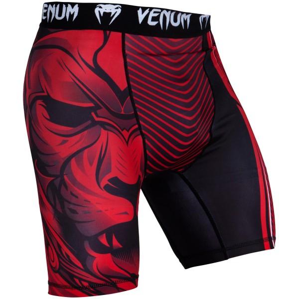 Компрессионные шорты Venum Bloody Roar Black/Red VenumКомпрессионные штаны / шорты<br>Компрессионные шорты Venum Bloody Roar Black/Redсделаны из смеси синтетических тканей. Такой материал очень прочен и долговечен, а также очень быстро сохнет, что позволит вам использовать шорты регулярно. Швы плоские, не натирают кожу. Компрессионные шорты Venum можно использовать как совместно со спортивными шортами, так и отдельно от них. Ткань очень приятная на ощупь. Так же необходимо отметить, что у шорт есть карман для ракушки (защиты паха).<br><br>Размер INT: XXL