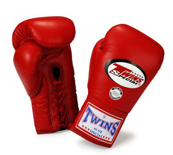 Перчатки боксерские соревновательные на шнурках, 8 унций Twins SpecialБоксерские перчатки<br>Перчатки боксерские соревновательные на шнурках от Twins Special. <br> Материал – натуральная кожа высшего качества<br> Ручная работа<br> Отличная фиксация благодаря шнуровке, которая идет от начала ладони и до запястья<br> Конструкция перчаток обеспечивает полное сжимание кулака<br> Идеальное соотношение цена-качество<br> Внутренний материал из многослойной высококачественной пены<br><br>Цвет: Черный