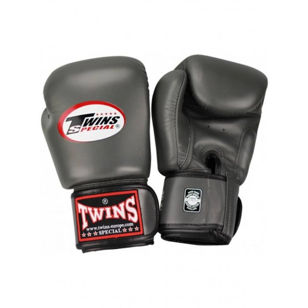 Перчатки боксерские Twins BGVL-3 Grey, 16 унций Twins SpecialБоксерские перчатки<br>Перчатки боксерские Twins BGVL-3 Grey прекрасно подойдут для тайского бокса, кикбоксинга или классического бокса. Особенности:- Натуральная кожа высшего качества- Удобная застежка на липучке- Идеальное соотношение цена/качество- Ручная работа- Страна производитель: Тайланд<br>