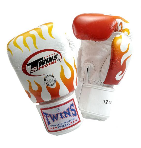 Перчатки боксерские тренировочные на липучке, 12 унций Twins SpecialБоксерские перчатки<br>Перчатки боксерские тренировочные на липучке от Twins Special. <br> Материал – натуральная кожа высшего качества<br> Ручная работа<br> Удобная застежка на липучке<br> Фиксированный большой палец<br> Идеальное соотношение цена-качество<br> Внутренний материал из многослойной высококачественной пены<br> Изображение пламени на ударной части<br><br>Цвет: Белый