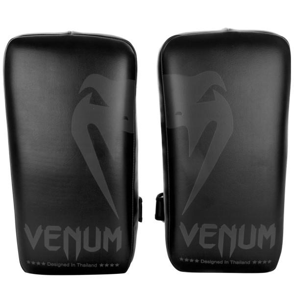 Пэды Venum Giant Kick Pads Black/Black (пара) VenumЛапы и макивары<br>Пэды Venum Giant Kick Pads Black/Black (пара- важный тренировочный инструмент для всех направлений и стилей. Оснащены застежками на липучках, фиксирующими предплечья для максимального комфорта при ударном сопротивлении. Многослойная пена высокой плотности помогает поглощать мощные удары ногами, коленями и руками во время тренировок. Сделаны из премиум кожи Skintex. Оснащены усиленными швами. Разработаны в Тайланде.<br>