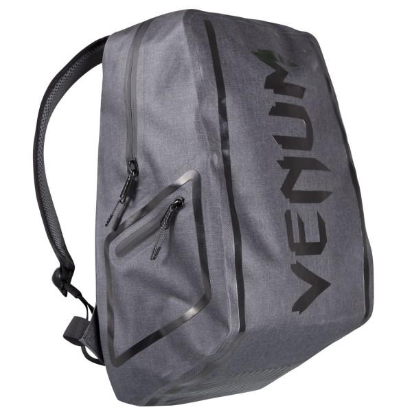 Рюкзак Venum Blade Black/Black VenumСпортивные сумки и рюкзаки<br>Рюкзак venum blade: Поднимитесь на уровень выше!Обтекаемая форма и безупречный стиль, элегантный дизайн. . . футуристический рюкзак перенесет вас в следующее поколение спортивных сумок. Его мягкая и твердая часть термосварной ткани не имеет швов. Чрезвычайно легкий, сбалансированный, модный, а также полезный из-за его многочисленных водонепроницаемых карманов. МАТЕРИАЛ: 100% полиэстер / жаропрочная ткань / без швов. ДИЗАЙН: большие водонепроницаемые карманы / безупречные линии. РАЗМЕРЫ: 460 мм / 294 мм / 215 мм. Цвет: серый Вес: 0. 8000<br>