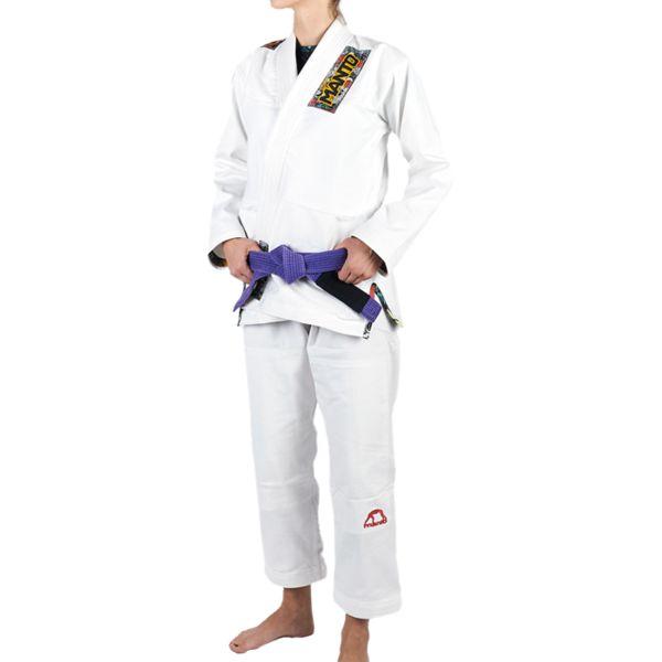 Женское кимоно для БЖЖ Manto Floral MantoЭкипировка для Джиу-джитсу<br>Женское кимоно (ги) для бжж (бразильского джиу-джицу) Manto Floral. Идеальное сочетание цена/качество. Достаточно лёгкое ги. Благодаря высокому качеству материалов и отделки это кимоно становится идеальным выбором для соревнований по BJJ. - Плотность 450 GSM - В области колен штаны дополнительно укреплены. - Воротник, наполнен пеной ЕВА для более быстрого высыхания и комфорта. Подойдет для соревнований различного уровня. Ги сделано из цельного куска ткани (без швов на спине)! Штаны на шнурке; на поясе - дополнительные петли для того, чтобы шнурок держал штаны прочно; данное ги подойдет и для новичков, и для мастеров роллинга. При стирке в горячей воде возможна усадка порядка 5%. Стирать ги рекомендуется в мягкой воде до 30 градусов без отбеливателя. Состав: 100% хлопок высокого качества.<br><br>Размер: F2