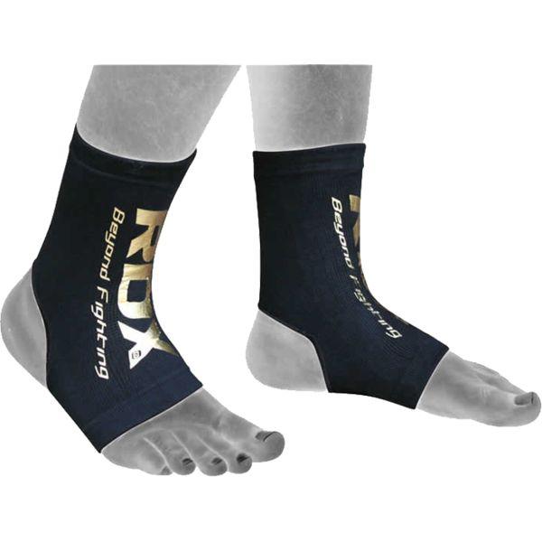 Голеностопы RDX RDXЗащита тела<br>Голеностопы RDX. Голеностопы, плотно прилегая к ноге, защищают лодыжки. Хорошая дополнительная защита, если ранее была травма ноги (растяжение или перелом). Ткань дыщащая, ноги не будут потеть. Отлично сидит и при занятиях Муай Таем, MMA и грепплингом. Цена указана за пару.<br><br>Размер: M