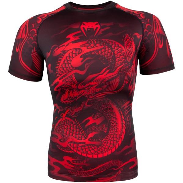 Рашгард Venum Dragons Flight Black/Red S/S VenumРашгарды<br>Летите к своим целям и никогда не останавливайтесь на достигнутом. Получайте уверенность и силу для достижения целей, надевая рашгард Venum Dragon s Flight –настоящий символ силы и решимости. Это Ваше время, чтобы взлететь!<br><br>Размер INT: XS
