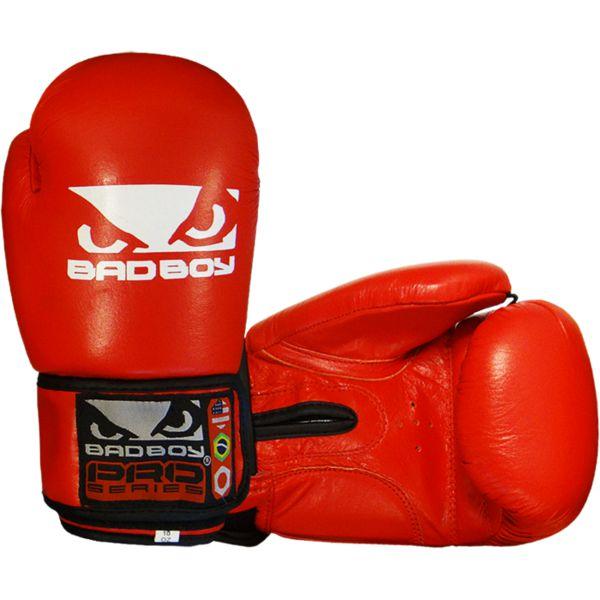 Боксерские перчатки Bad Boy Base, 10 oz Bad BoyБоксерские перчатки<br>Боксерские перчатки Bad Boy Base. Великолепное соотношение цена/качество. Подойдут и для спаррингов, и для работы на снарядах. Внутренняя часть перчаток - пена, внешняя часть перчаток выполнена из натуральной кожи.<br>