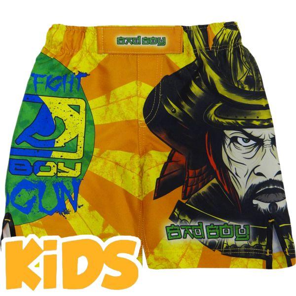 Детские шорты Bad Boy Shogun Bad BoyШорты ММА<br>Детские шорты Bad Boy Shogun. Благодаря эластичной вставке и боковым разрезам мма шорты Bad Boy не создают дискомфорта молодому бойцу ни в стойке, ни в партере. Крепятся шорты на поясе с помощью резинки и встроенного в пояс шнурка. Шорты подойдут для таких видов спорта, как: бокс, бег, работа с железом. Уход: машинная стирка в холодной воде, деликатный отжим, не отбеливать. Состав: полиэстер.<br><br>Размер INT: 12 лет