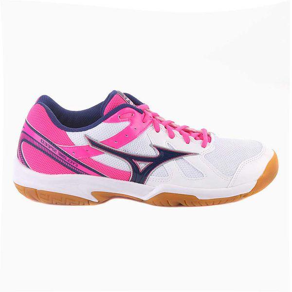 Кроссовки волейбольные женские MIZUNO V1GC1780 25 CYCLONE SPEED (W) MizunoКроссовки<br>MIZUNO CYCLONE SPEED (W) - универсальные женские кроссовки для зальных видов спорта по отличной цене. Данная модель начального уровня, обладающие тем не менее достойной амортизацией и хорошим сцеплением за счет фирменной подошвы от японского бренда. Кроссовки сочетают в себе лаконичный дизайн, идеальный баланс, отличную поддержку и надежное сцепление с поверхностью. Хорошая гибкость подошвы, а также вентилируемая сетка верха делают данную модель, безусловно, достойным выбором. Технология Dynamotion Groove обеспечивает улучшенную гибкость и стабильность при быстрых боковых движениях. Базовая амортизация обеспечивается низкопрофильной промежуточной подошвой из EVA. Отличное сцепление с площадкой или кортом благодаря не маркой резине. Кроссовки не оставляют следов на площадке и могут использоваться на любых покрытиях. Анатомическая формованная стелька для большего комфорта и улучшенной амортизации. Вес женской версии данной модели составляет 245 грамм. Просим обратить внимание, что на сайте для кроссовок MIZUNO указаны размеры US. Технологии, использованные в модели MIZUNO CYCLONE SPEED (W): •Dynamotion Groove. Специальные канавки, обеспечивающие максимальную площадь сцепления с поверхностью и лучшую гибкость подошве. •Removable Insock. Извлекаемая анатомическая рельефная стелька, обеспечивающая комфорт и амортизацию.<br><br>Размер USA: 10,5