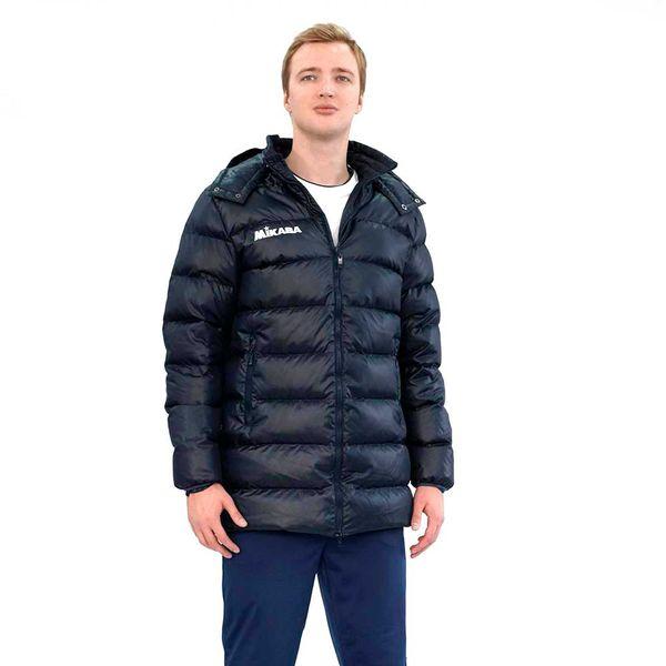 Мужской пуховик MIKASA VT194 0036  MikasaКуртки / ветровки<br>•Удлиненный мужской пуховик темно-синего цвета выполнен из полиэстера с наполнением из пуха. •Куртка застегивается на молнию, имеет воротник-стойку, два боковых кармана и теплый съемный капюшон. •Материал обладает отличными влагоотводящими свойствами, повышенной износоустойчивостью и прекрасно сохраняет тепло. •В правой верхней части нашит логотип бренда.<br><br>Размер INT: L