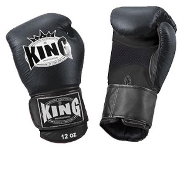 Перчатки боксерские тренировочные, липучка, 8 OZ KingБоксерские перчатки<br>Липучка на запястье<br> Улученный упругий материал<br> Материал - высококачественна кожа<br> «Дышащая кожа» держит руки в прохладе<br><br>Цвет: Черный