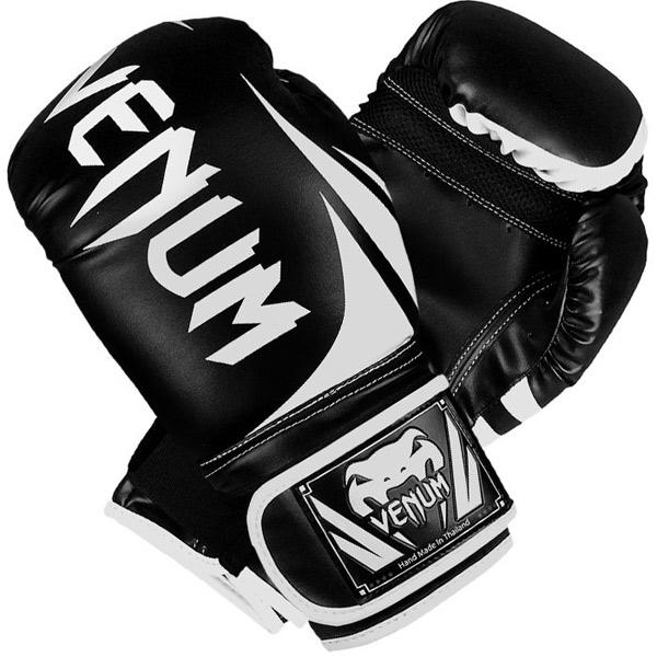 Перчатки боксерские Venum Challenger 2.0 Boxing Gloves - Black, 14 oz VenumБоксерские перчатки<br>Доступные, но без ущерба качеству, боксерские перчатки Venum Challenger 2. 0, разработанные в Тайланде - идеальный выбор для обучения ударной технике!Благодаря тройному слою пены и широкому ремню, достигается оптимальная степень защиты. Состоят из премиумной полиуретановой кожи (PU) - очень прочные и по отличной цене!Технические характеристики:Из высококачественнойсинтетической кожиТройная плотность пены, для лучшей защиты. 100% полное прилегание большого пальца. Большая упругая липучка для лучшей фиксацииРельефный логотип VenumСделано в Тайланде<br>