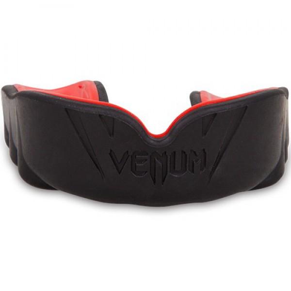Капа боксерская Venum Challenger Mouthguard - Red Devil VenumБоксерские капы<br>Новая модель в линейке кап Venum Challenger!Специально разработана для защиты зубов, губ, челюстей и десен. Состоит из двух слоев. Первый из высококачественного геля для большего комфорта со специальным дыхательным каналом, который повысит вашу производительность во время тренировок. Второй слой из резины, аммортизирующий и рассеивающий ударную волну. Характеристики:Гелевый слой Nextfit для большего комфортаУсовершенствованная конструкция для оптимального дыхания во время бояВысокоплотный резиновый слой для улучшенного рассеивания ударной волныИдет в комплекте с футляром для личной гигиеныCE сертификация / Норма: SATRA M33: 2011<br>