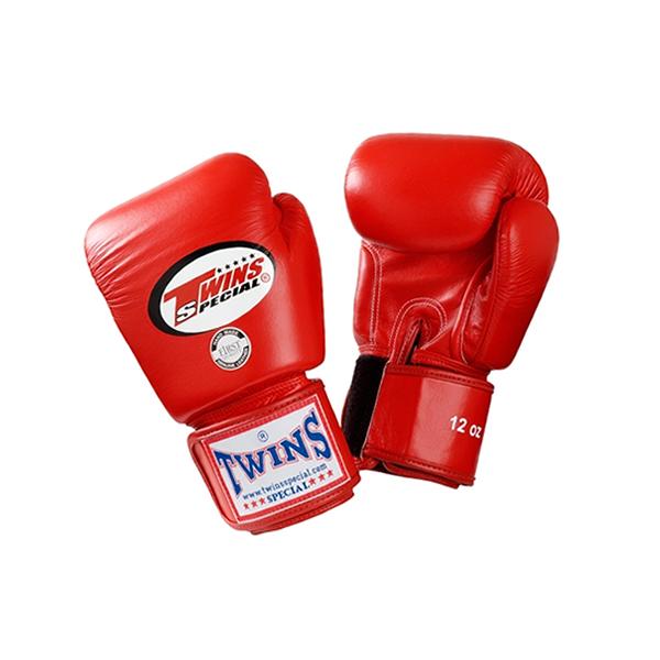 Перчатки боксерские тренировочные Twins Special, 18 унций Twins SpecialБоксерские перчатки<br>Материал – 100% кожа наивысшего качества<br> Удобная застежка на липучке<br> Идеальное соотношение цена – качество<br> Ручная работа<br><br>Цвет: Красный