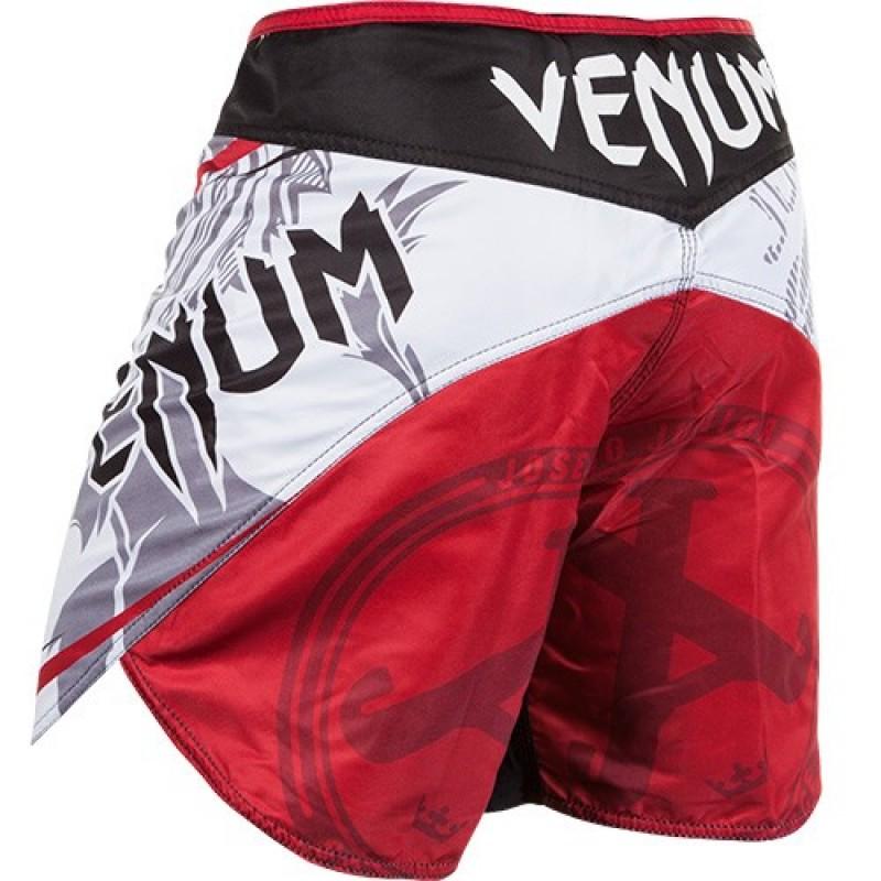 Шорты ММА Venum Jose Aldo Bloody Lion White VenumШорты ММА<br>&amp;nbsp;Отличные шорты разработаны специально для бойца UFC легендарного Жозе Альдо на UFC163 и его бой с Корейским зомби. Более короткая модель по сравнению с остальными шортами Venum, что придаёт движению максимальный комфорт и удобность. - 100% полиэстер высокого качества- шелкография высокого качества- разрезами по бокам- застежка на липучке и шнурок для коррекции размера- ультралегкие- усиленная строчка швов<br><br>Размер INT: XXL