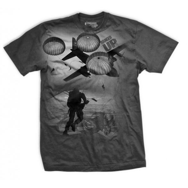 Футболка Ranger Up Airborne Trooper Normal Fit T-Shirt Ranger UpФутболки<br>Футболка посвящена воздушно-десантным войскам. Спереди и сзади изображены бойцы, прыгающие с парашютом.<br><br>Размер INT: S