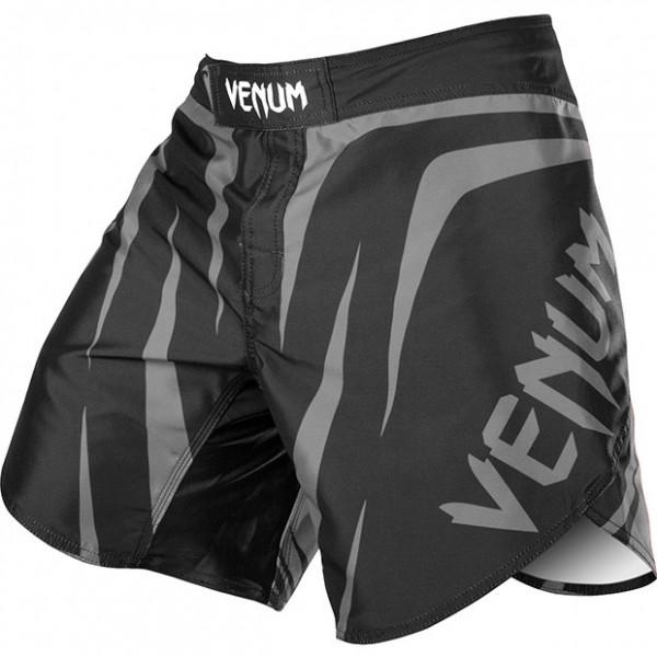 Шорты MMA Venum Sharp Silver Arrow VenumШорты ММА<br>Новейшие шорты&amp;nbsp;Шорты Venum&amp;nbsp;- 100% высококачественный полиэстер (полиэфир)- запатентованная технология печати, которая обеспечивает повышенную износостойкость рисунка- увеличенный разрез с внешней стороны ноги делает Ваши движения более свободными- анатомический крой- четырехсторонний шаговый шов- горизонтальная и вертикальные липучки на поясе, и шнуровка для дополнительной прочности- ультралегкие- производство Бразилия.<br><br>Размер INT: XL