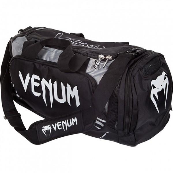 Сумка Venum Trainer Lite Duffle Sport Bag - Black VenumСпортивные сумки и рюкзаки<br>Новая уникальная многофункциональная сумка от Venum, прекрасно подойдёт для переноски любой тренировочной экипировки. Много удобных карманов и отделений, украшена логотипом Venum. Состоит из специальных сетчатых панелей, которые обеспечивают хорошую вентиляцию, что минимизирует концентрацию запахов и микробов. Очень удобная и практичная, всегда пригодится. Технические характеристики:Большая вместимость для всего необходимогоОтдельный боковой карманРегулируемый мягкий плечевой ременьРазмер: 680 x 330 x 260 ммОбъем: 63 литра<br>