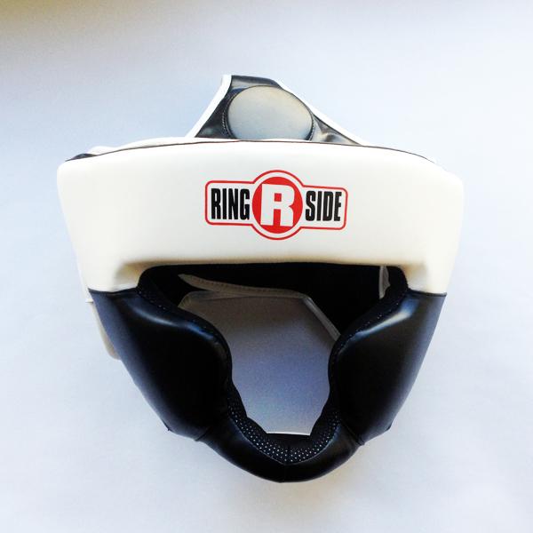 Боксерский шлем, тренировочный, Чёрный/белый RINGSIDEБоксерские шлемы<br>Специальный защитный материал для подбородка гарантирует повышенную защиту для верхней и нижней челюсти. <br> Шлем сделан из 100% первоклассной кожи<br> Дополнительный защитный материал для лба и ушных раковин<br><br>Размер: Размер M