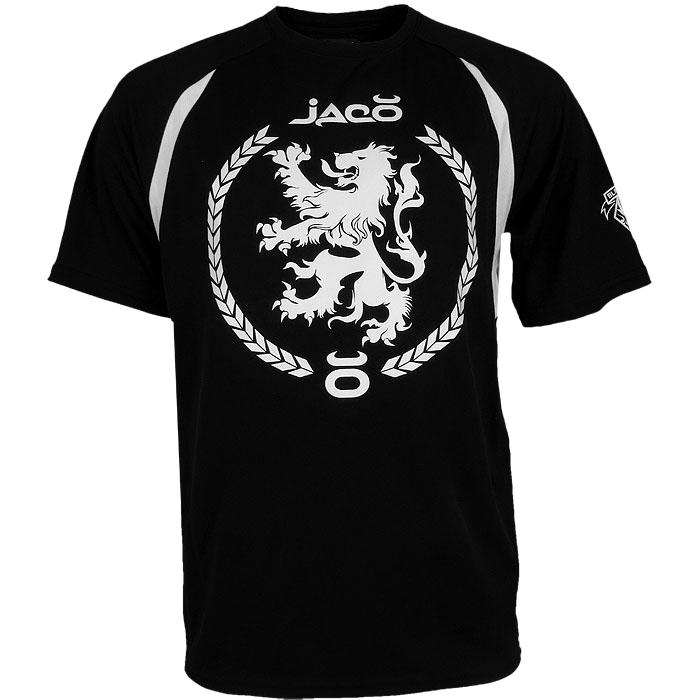 Тренировочная футболка Jaco Jaco ClothingФутболки<br>Футболка jaco Alistair Overeem UFC 156. Футболка, в которой Алистар Оверим выходил на бой в 156-м ивенте UFC против Антонио Силвы. 2-го февраля 2013 года. Футболка очень прочная и потому её можно использовать в самых жестких тренировках!За счет перфорированной структруры ткани футболка очень хорошо дышит. Плоские швы не натирают кожу. Свободный крой, хорошо подходящий для тренировочного процесса. На фронтальной части футболки изображен геральдический лев, который является частью герба Нидерландов. а как известно - Алистар Сиис Оверим является гражданином именно Нидерландов. На левом плече изображен логотип Blackzilians - профессиональная команда бойцов мма, бокса, кикбоксинга, борьбы и бразильского джиу-джитсу. Главный тренировочный зал Blackzilians расположен в Бока-Ратон, штат Флорида. в эту команду входят Рашад Эванс, Витор Белфорт, Алистар Оверим Гильермо Ригондо и многие другие известные спрортсмены. Краска, которой сделан рисунок на футболке, экологически чистая. Уход: машинная стирка в холодной воде, деликатный отжим, не отбеливать. Состав: 100% полиэстер.<br><br>Размер INT: L